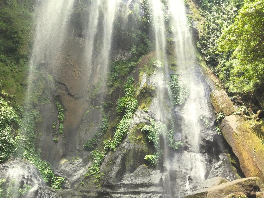 Hulugan Fallsに着きました。約70mあります。
