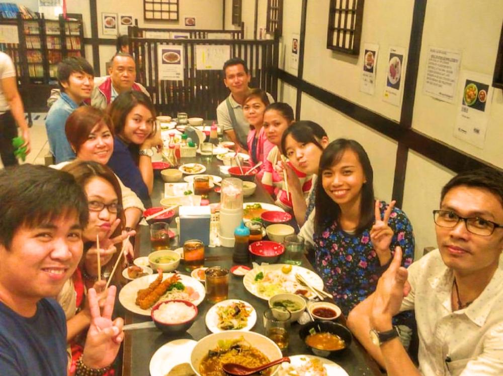 フィリピン人スタッフ達と日本食。日本食は大人気ですね。